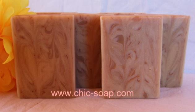Elaborado por Chic Soap, barra de jabón cortada de Flor de Saúco