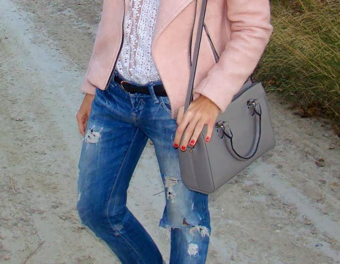 cazadora rosa, bolso gris, boyfriend jeans, cinturon negro, encaje blanco