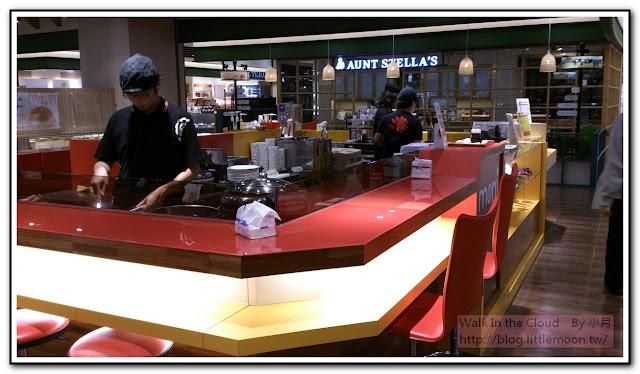 工作吧檯內準備餐點的店員們