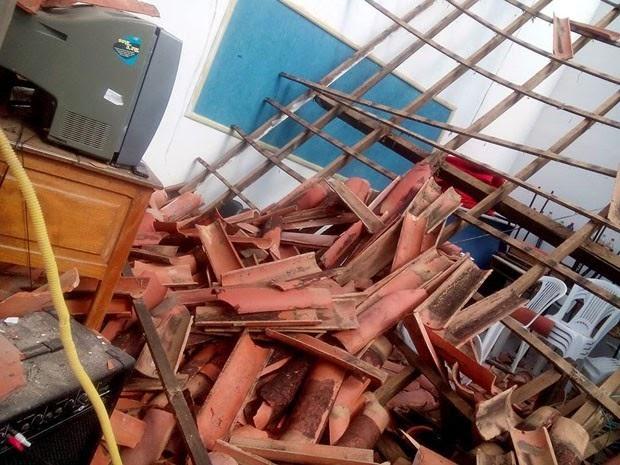 Cinco estudantes e um monitor ficaram feridos após o teto de uma escola desabar (Foto: João Matheus / blog Políticos do Sul da Bahia)