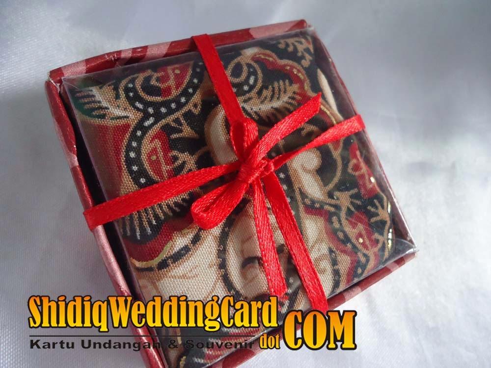 http://www.shidiqweddingcard.com/2014/02/souvenir-saputangan-batik.html