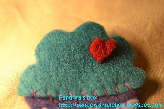 Handmade cupcake felt brooch - detail