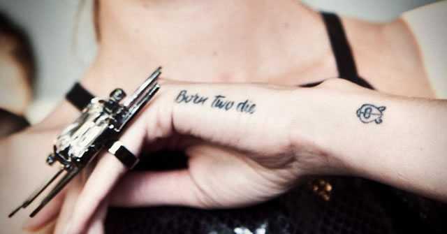 tatuagens nas mãos femininas unha decorada