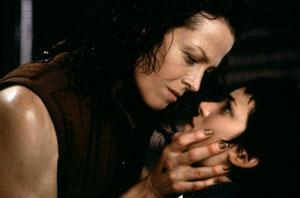 Sigourney Weaver y Winona Ryder en Alien resurrección