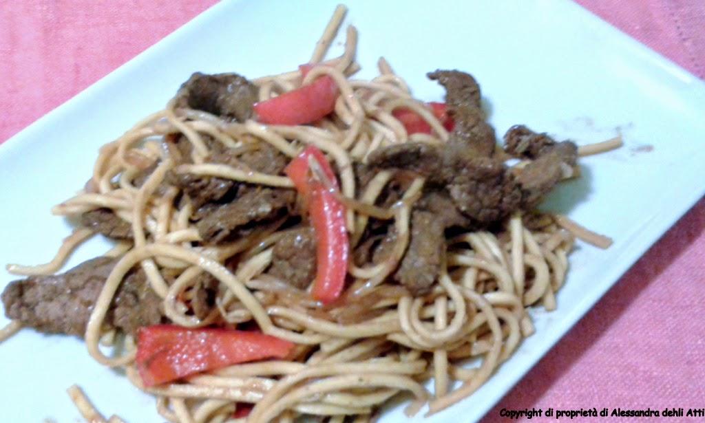 Ricetta di spaghetti alla glassa di soya, carne e peperoni