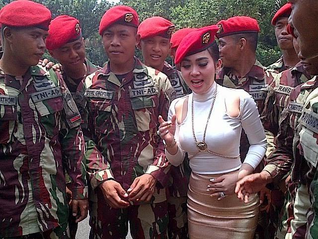 http://dangstars.blogspot.com/2014/10/hot-photo-aksi-maju-mundur-cantik-syahrini-bareng-kopasus.html