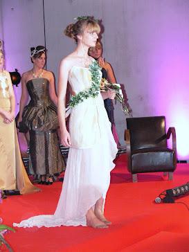 Le mannequin vêtu d'une robe en pierre