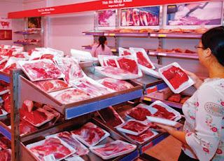 Thịt bò nhập khẩu được bày bán trong siêu thị