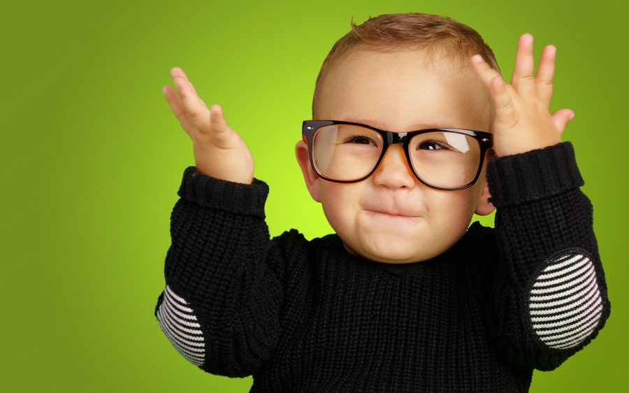 صورة لطفل يلبس نظارة