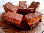 Zsófi-féle Snickers szelet, diós fehér csokoládés kevert tésztájú sütemény, diós krémmel és csokoládémázzal bevonva.