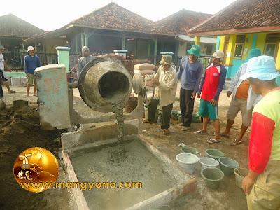 FOTO 3 : Pengadukan / pencampuran cor beton menggunakan mesin molen. Pengecoran Mesjid Assyafa'ah, Pagaden Barat, Subang.