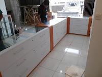 Furniture Semarang Etalase Untuk Toko Kacamata Optik - Etalase Bentuk L - Etalase Kaca Lengkung - Eyewear Display Showcase