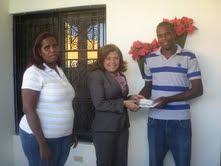 Diputada Noris Medina hace un aporte de 90 mil pesos a un joven de Barahona para una operación