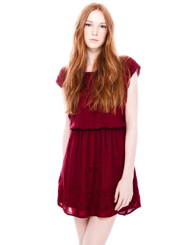 Uzun elbiselerde fazla tasarım da bulunmayan Pull and Bear genelde klasik uzun elbiselerle karşımıza çıkmış durumda. Ancak mini elbiseler de o kadar cimri davranmamış. Tüllü mini elbiseler, hareketli şifon mini elbiseler, etnik desenli mini elbiseler, sade mini elbiseler karşımıza çıkacak şu an için en göze çarpan elbise modellerinden diyebilriz.