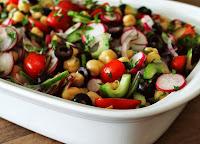Salada Grega com Grão-de-Bico e Rabanete (vegana)