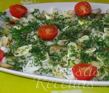 receita de salada de bacalhau preparada com tomate-cereja e ervas