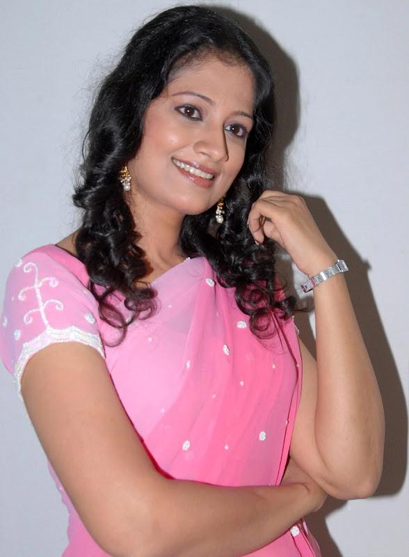 Tamil Desi Teen Actress Anika Hot Looking Sari Stills unseen pics