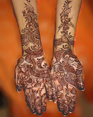 Stylish Red mehandi sculptured in both hands.