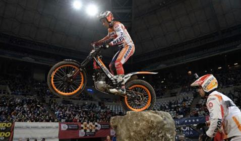Toni Bou dominando en el Trial Indoor de Barcelona 2015