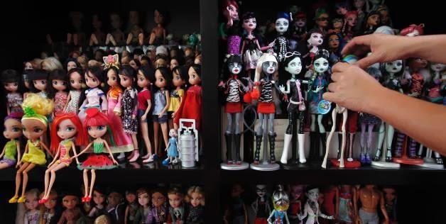 Koleksinya diantaranya terdiri dari 6.000 boneka barbie dan 3.000 boneka  jenis lain seperti 2e8c8a9296