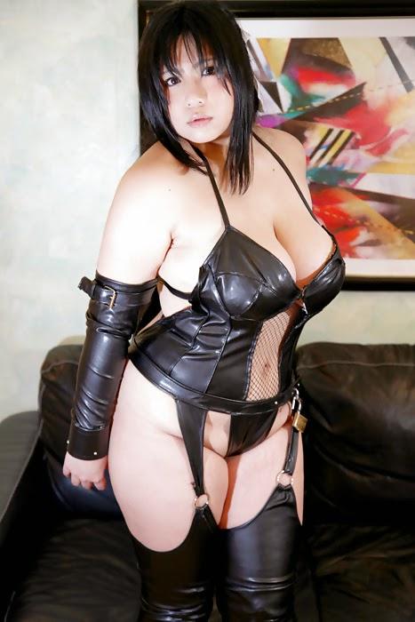 jeune femme asiatique en tenue latex sexy