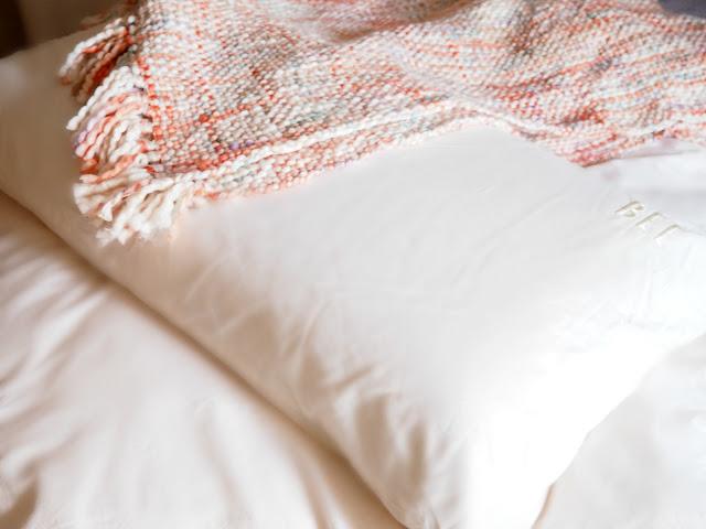Ein Decke und ein Kissenbezug verhindern den direkten Blick auf den ersten Fleck