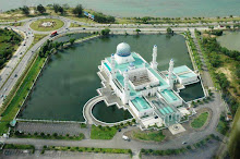 مسجد عائم بالكامل على سطح الماء في مدينة كوتا كينابالو .. تحفة معمارية رائعة في ماليزيا