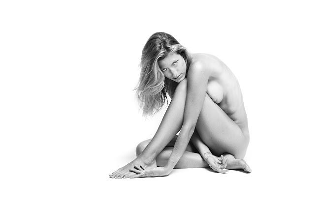 modelo posando desnuda