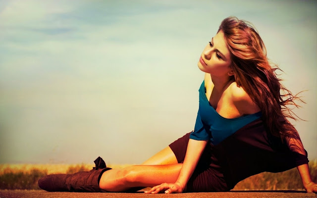 267673-Girl Sitting On The Street Fashion HD Wallpaperz
