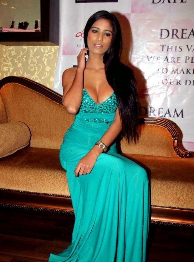 Poonam Pandey's Hot pics On Twitter and other Hot Pics In Bikini