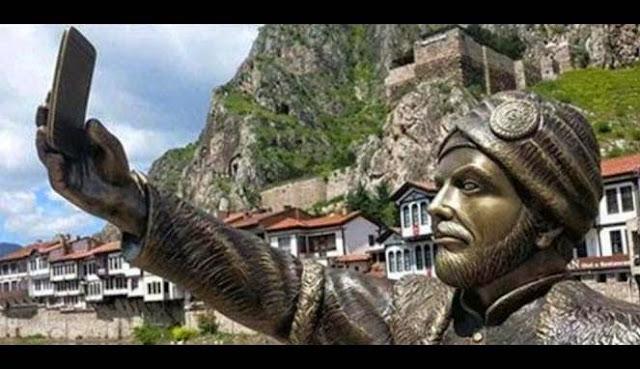 Patung Selfie yang Menghebohkan Turki