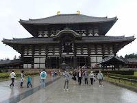 大仏殿(金堂)奈良時代中頃に、華厳宗の東大寺は聖武天皇の発願により創建された