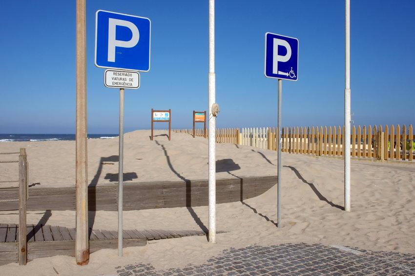 Placas de estacionamento reservado junto à praia
