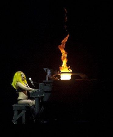 Леди Гага играет на рояле и поет лирическую песню Speechless
