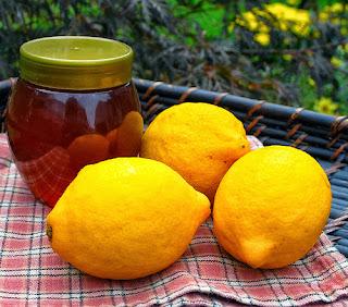 Cách làm mặt nạ mật ong với chanh giúp giảm nhờn và trị mụn