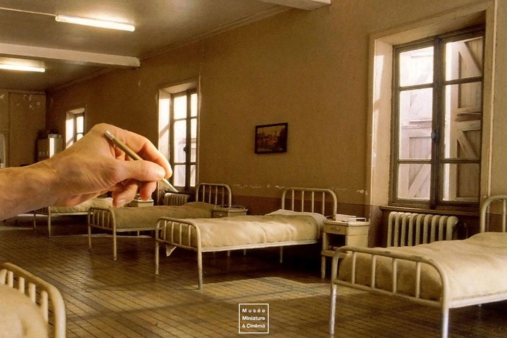 12-Le-dortoir-Dan-Ohlmann-Dan-Ohlmann-Musée-Cinéma-et-Miniature-Miniature-Movie-Sets-and-Realistic-Sculptures-www-designstack-co