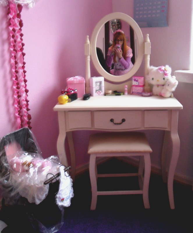 Usai in hello kitty land my own dressing table for Table exterieur hello kitty