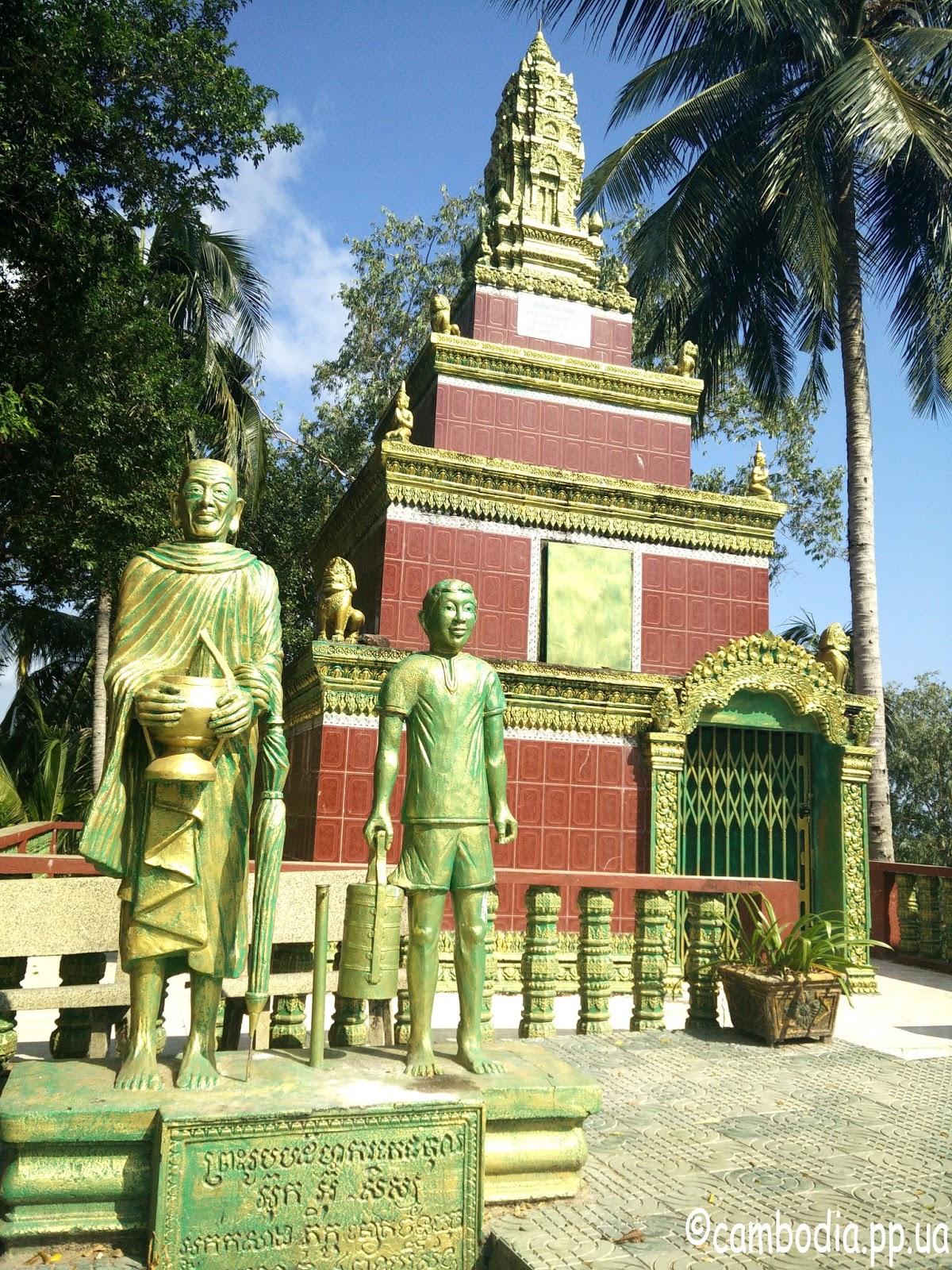 статуи монахов