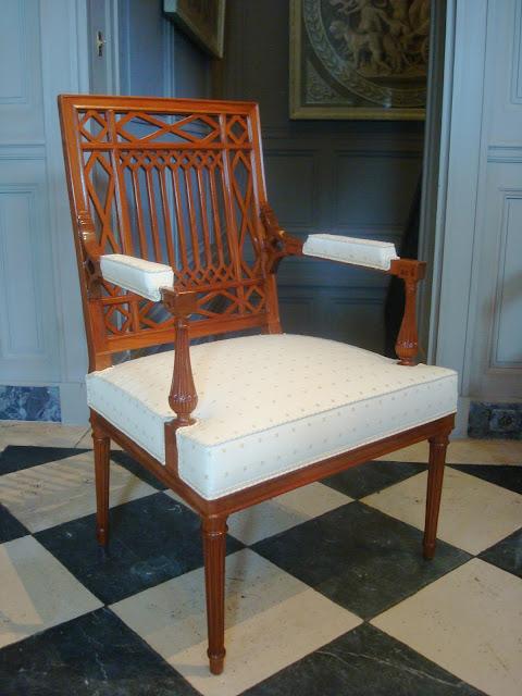 Анри Жакоб (Henri Jacob, 1753 – 1824, мастер с 1779) работал в Париже, неоклассицистском стиле Людовика XVI.