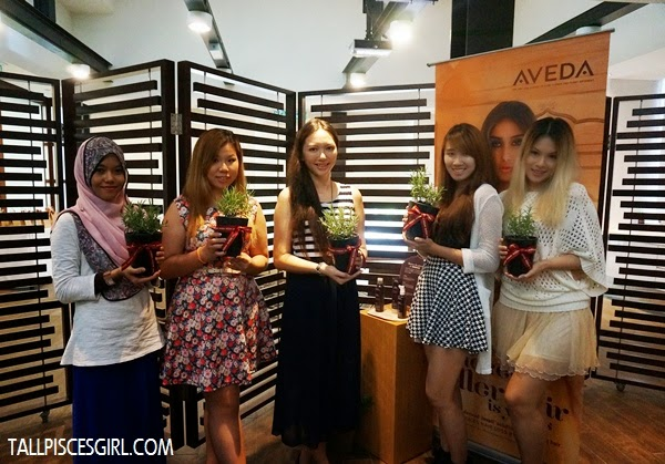 Group photo with fellow beauty bloggers