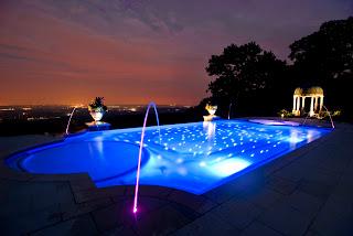 Piscinas em fibra de noite iluminada