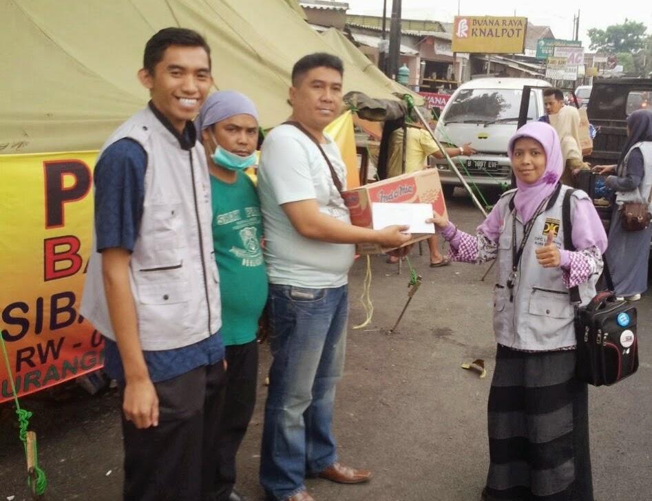 Penyerahan bantuan oleh relawan PKS Lengkong