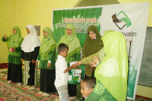 Pemberian santunan pada Anak-anak Yatim Desa Sayar di acara santunan Dompet Yatim