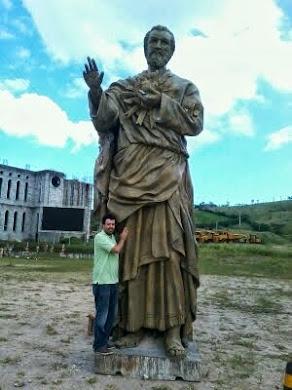 A GRANDE ESTÁTUA DE SÃO JOSÉ E O VIDENTE MARCOS TADEU NO SANTUÁRIO DAS APARIÇÕES DE JACAREI