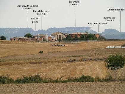 La masia de la Farigoleta i al seu darrere les serres de Cabrera i Aiats, vistes des del Mas Mitjà
