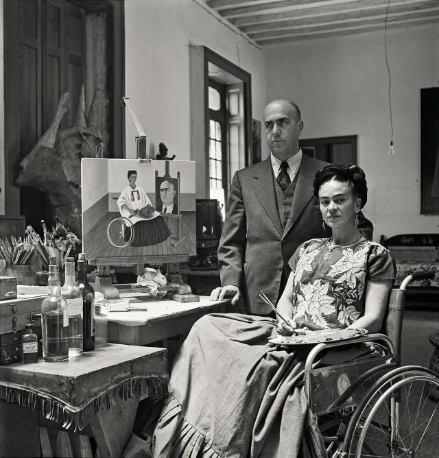 photographie de gisèle freund : Frida Kahlo en chaise roulante et Diego rivera