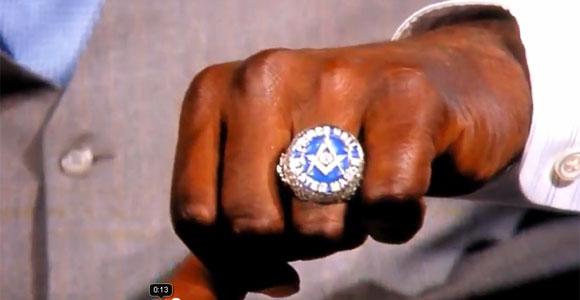 Shaquille O'Neal muestra orgulloso su anillo Masónico Sin%2Bt%25C3%25ADtulo-1