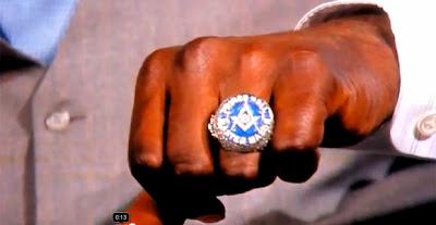 Shaquille O'Neal muestra orgulloso su anillo Masónico