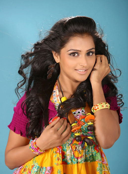 Tollywood Actress Ramya Nambeesan Cute Wallpaper