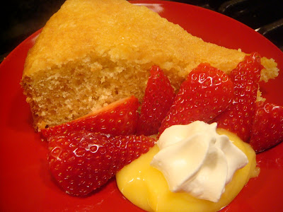 Buttermilk cake with strawberries and lemon curd